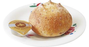 写真:天然酵母のライ麦パン(バター付き)